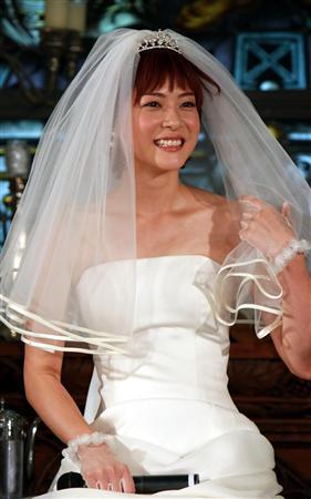 A atriz Juri Ueno vestida de noiva