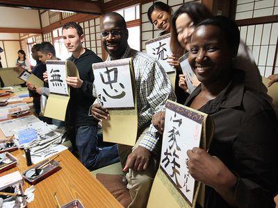 Estrangeiros fazendo ideogramas