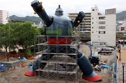 A estátua de Kobe em tamanho real de Gigantor (Tetsujin 28) está pronta