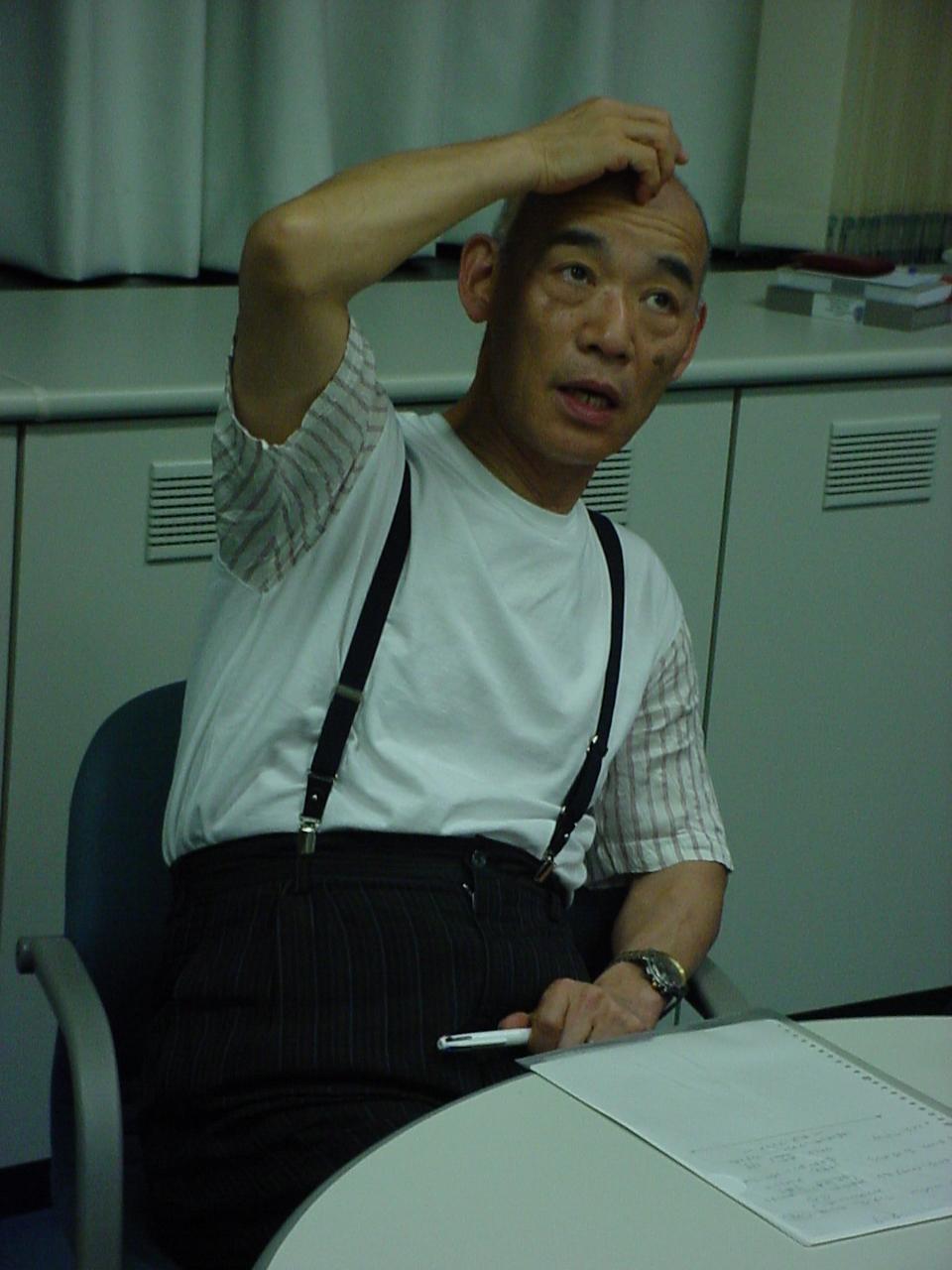 Yoshiyuki Tomino pensando nas respostas