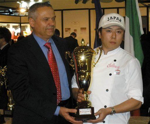 Shinsaku Katahira e seu prêmio por melhor sorvete